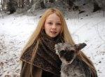 """Das Sterntalerkind Mina (Meira Durand) hat einen kleinen spechenden Gefährten: Der Hund """"Herr Flix""""."""