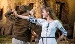 Jorinde (Llewellyn Reichman, re.) und Joringel (Jonas Nay, li.) tanzen verliebt (im Hintergrund Jorindes kleiner Bruder, gespielt von Mika Seidel).