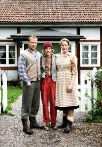Nils Holgersson (Justus Kammerer) mit seinen Eltern Stina (Stephanie Japp) und Ole (Hinnerk Schönemann).
