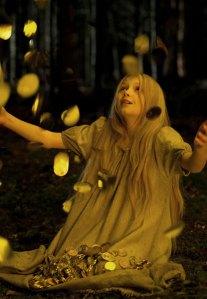 Als für Mina (Meira Durand) alle Hoffnung verloren scheint, fallen die Sterne vom Himmel.