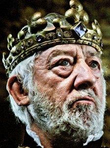 König Karl (Dieter Hallervorden) ist verweifelt: seine zwölf Töchter haben Geheimnisse vor ihm - jeden Morgen sind ihre Schuhe zertanzt.