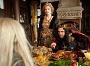 Der hartherzige König (Thomas Loibl) und seine Königin (Juliane Köhler) fühlen sich von Mina (Meira Durand) angegriffen.