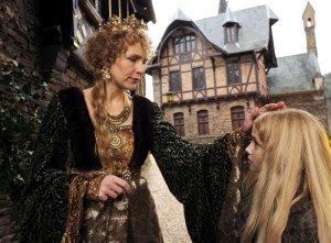 Die Königin (Juliane Köhler) hat Mitleid mit dem tapferen Sterntalerkind Mina (Meira Durand).