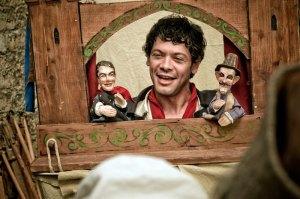 Puppenspieler Anton (Carlo Ljubek).