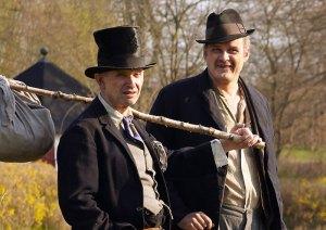 Bo (Johan Ulveson) und Per (Johan Rheborg), die beiden Landstreicher im Schlossgarten von Svaneholm.